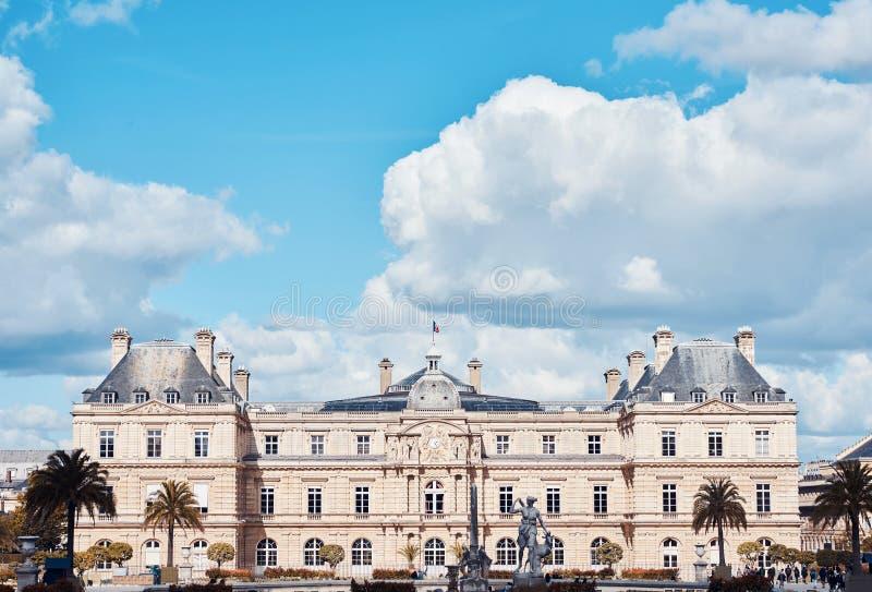 Palacio de Luxemburgo con las nubes arriba imágenes de archivo libres de regalías