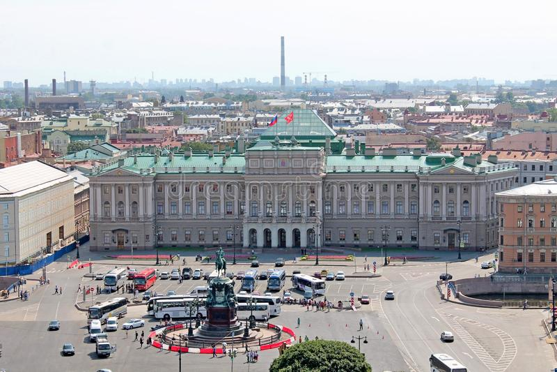 Palacio de Mariinsky - visión desde la columnata de la catedral del St Isaac St Petersburg imagen de archivo libre de regalías
