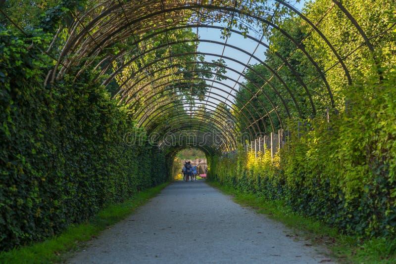 Palacio de Mirabell con la escultura y jardín en Salzburg foto de archivo libre de regalías