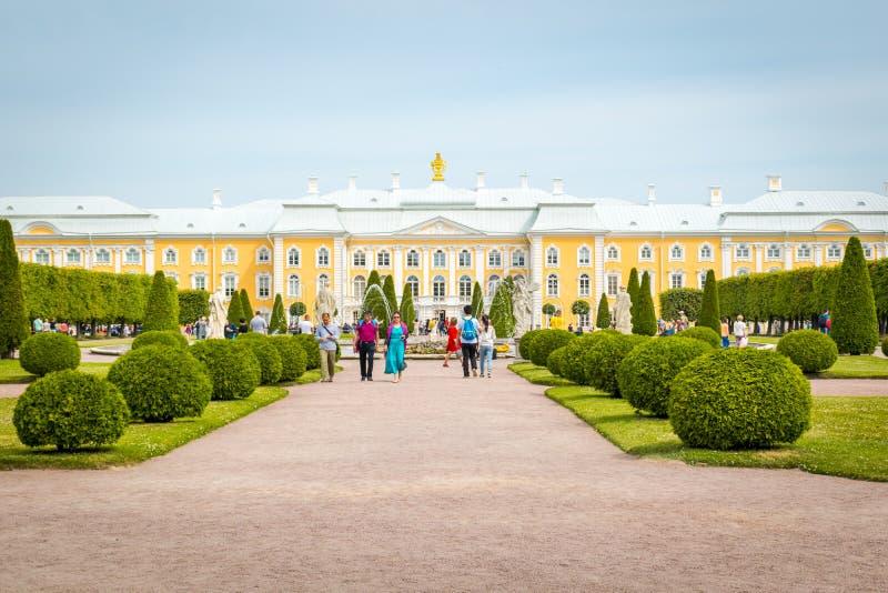Palacio de Peterhof en St Petersburg, Rusia imagenes de archivo