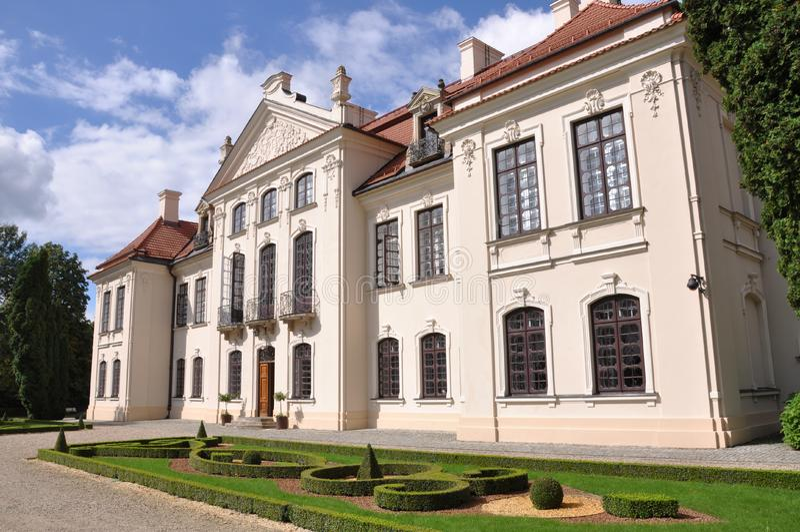 Palacio de Polonia Kozlowka con el jardín imágenes de archivo libres de regalías