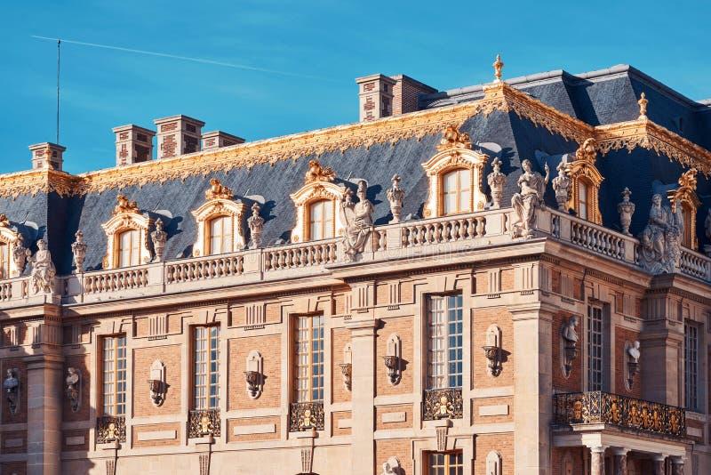Palacio de Versalles en la luz del día en colores de la naranja y del trullo fotografía de archivo libre de regalías