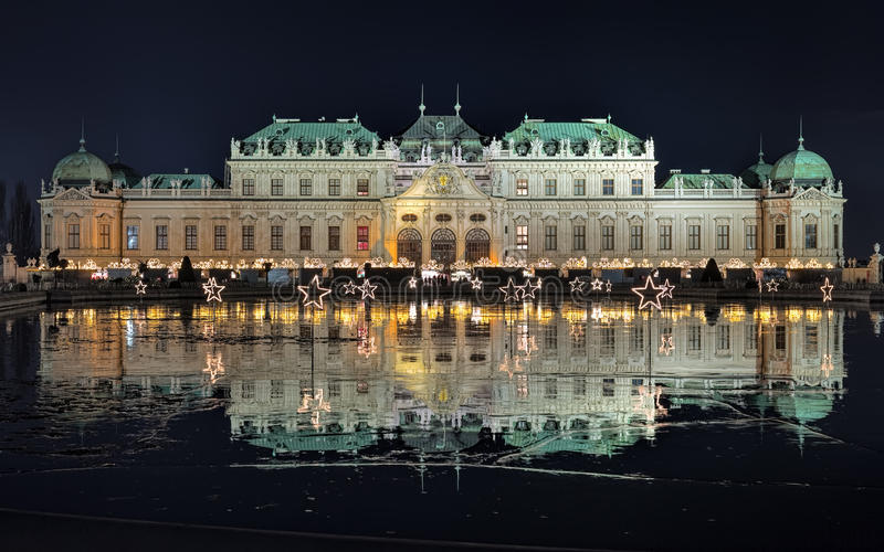 Palacio del belvedere con el pueblo de la Navidad en Viena en noche, Austria fotos de archivo libres de regalías