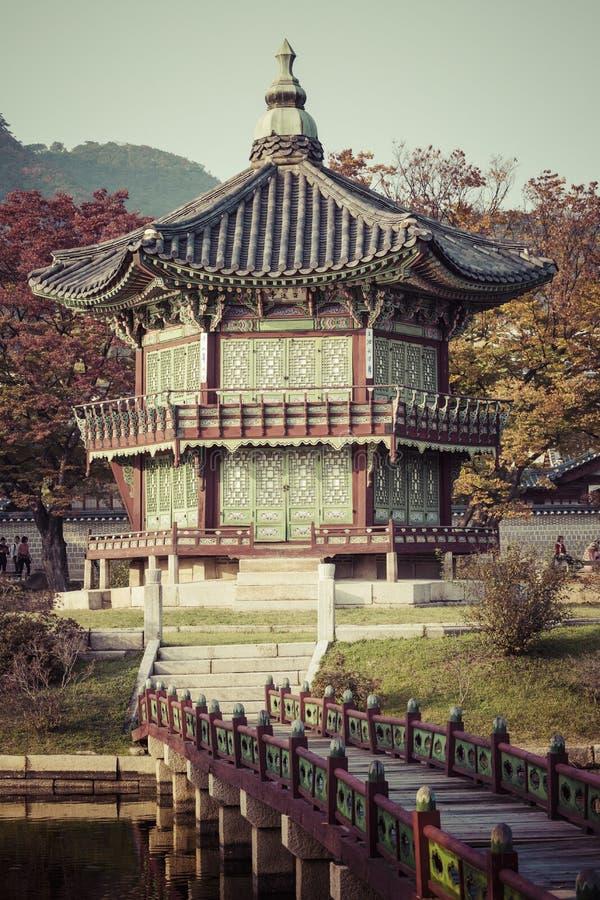 Palacio del emperador en Seul EL SUR COREA Lago Montaña reflexión fotos de archivo libres de regalías