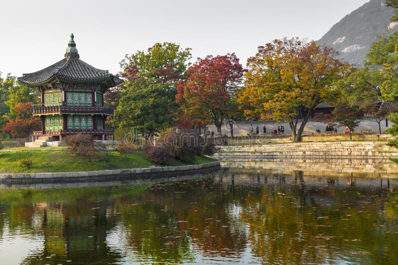 Palacio del emperador en Seul EL SUR COREA Lago Montaña reflexión foto de archivo