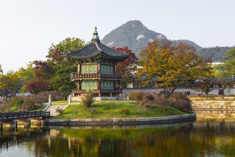 Palacio del emperador en Seul EL SUR COREA Lago Montaña reflexión imagen de archivo