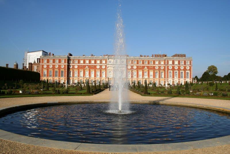 Palacio del Hampton Court, con la fuente. imagenes de archivo