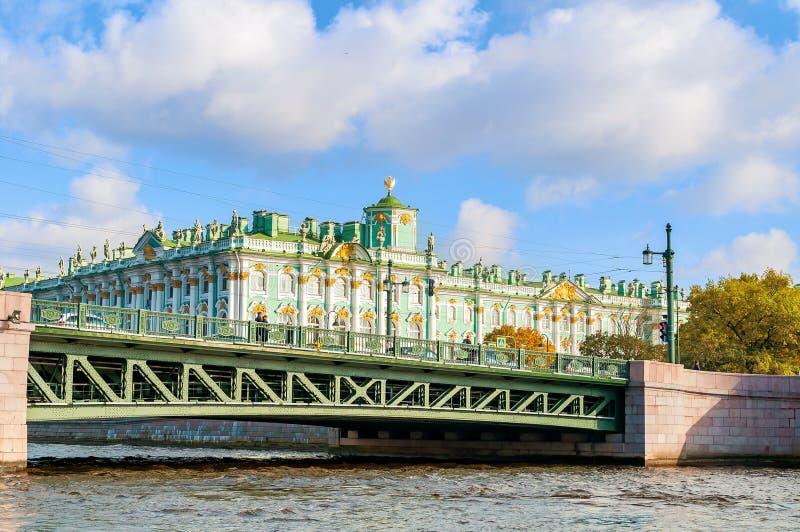 Palacio del invierno en el terraplén del río de Neva y del puente del palacio en St Petersburg, Rusia foto de archivo
