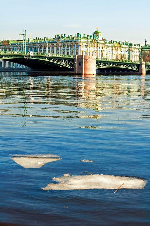 Palacio del invierno en el terrapl?n del r?o de Neva y del puente del palacio en St Petersburg, Rusia, paisaje de la ciudad fotografía de archivo libre de regalías