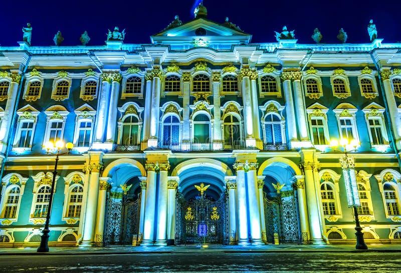 Palacio del invierno, entrada central del museo de ermita con la puerta del vintage, luz de la noche, visión inferior, punto de v imagenes de archivo