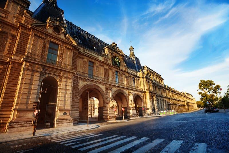 Palacio del Louvre en la calle Quai Francois Mitterrand fotografía de archivo libre de regalías
