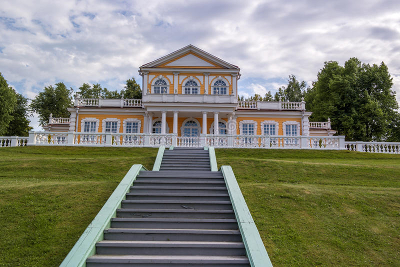 Palacio del viaje del emperador Peter el grande en Strelna, StPetersburg, Rusia fotografía de archivo libre de regalías