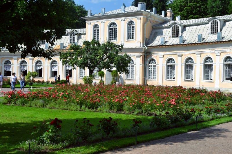 Palacio en el edificio de Ekaterinburg en Petergof fotos de archivo