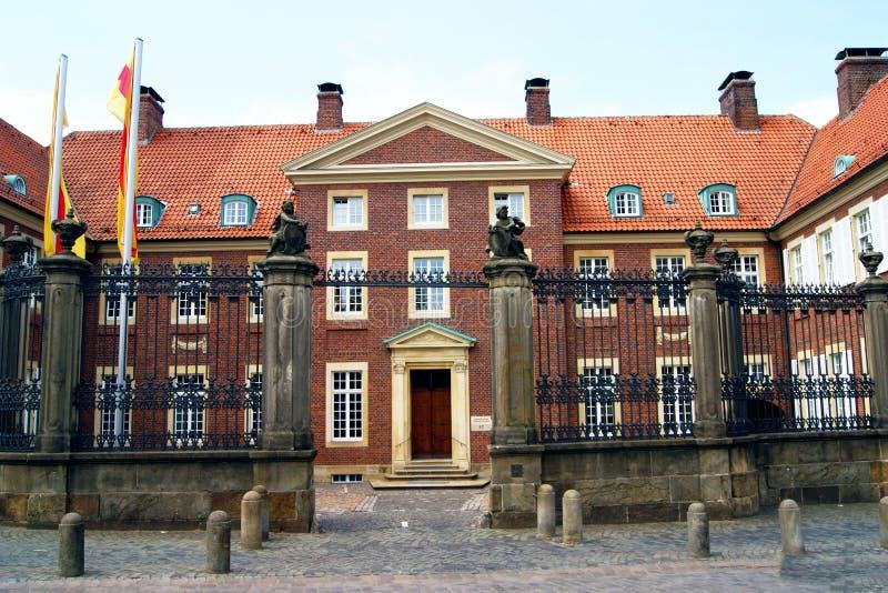 Palacio episcopal en cuadrado de la catedral en Muenster fotografía de archivo libre de regalías