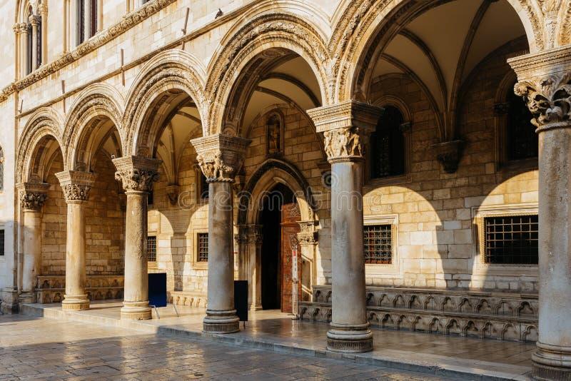 Palacio gótico del ` s del rector con renacimiento y construcciones arqueadas en Dubrovnik, Croacia imagenes de archivo