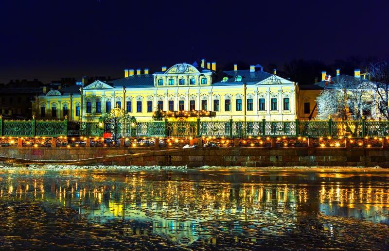 Palacio histórico de Sheremetyev del edificio de St Petersburg en el terraplén con las luces de la Navidad, imagen de la noche de imagen de archivo