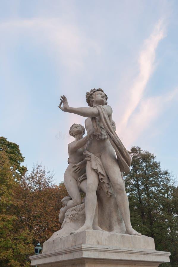 Palacio histórico de Varsovia Polonia el 2014 de octubre en jardín y el lago en Varsovia fotografía de archivo libre de regalías