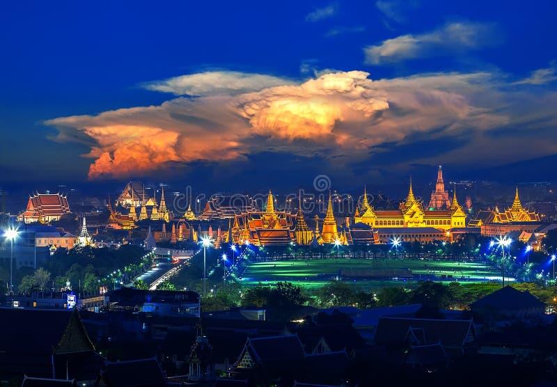 Palacio magnífico con la nube de la puesta del sol en Bangkok, Tailandia imagenes de archivo