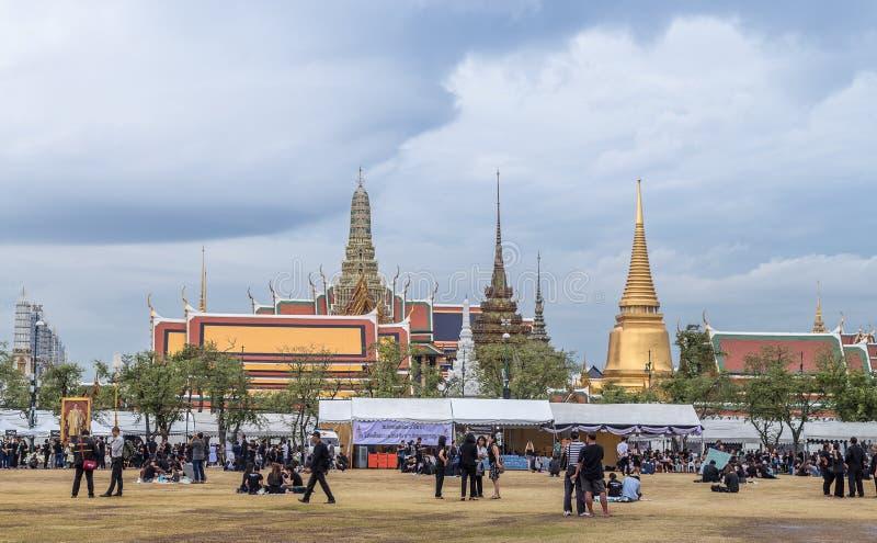Palacio magnífico de Tailandia con la muchedumbre imagenes de archivo