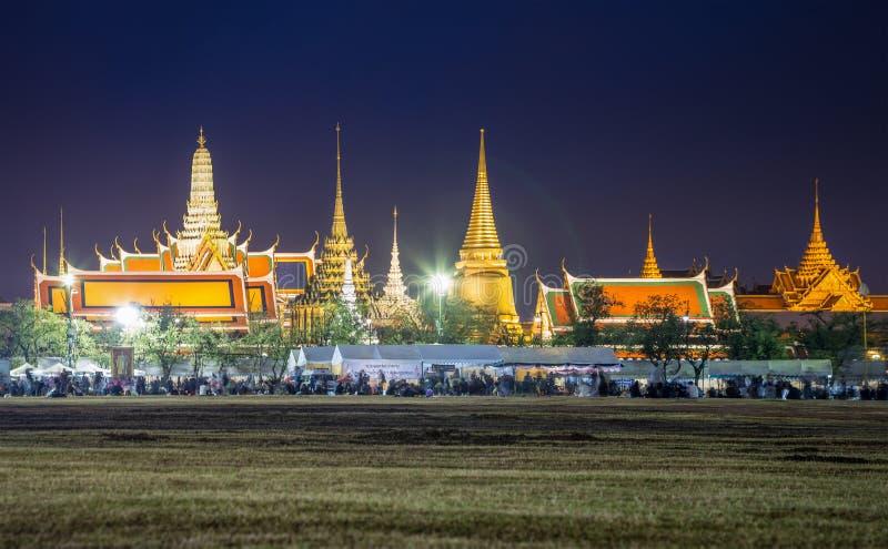 Palacio magnífico de Tailandia con la muchedumbre en la noche fotos de archivo