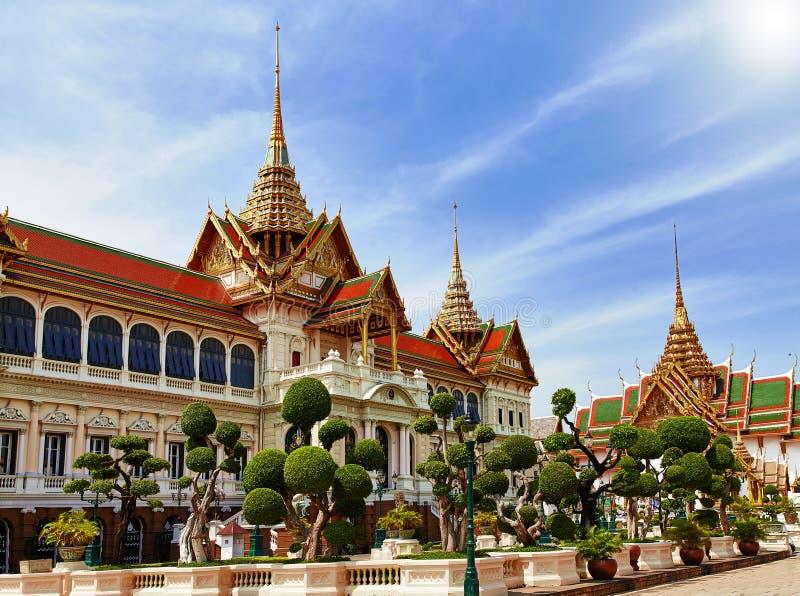 Palacio magnífico, Wat Phra Kaew con el cielo azul, Bangkok, Tailandia imagen de archivo
