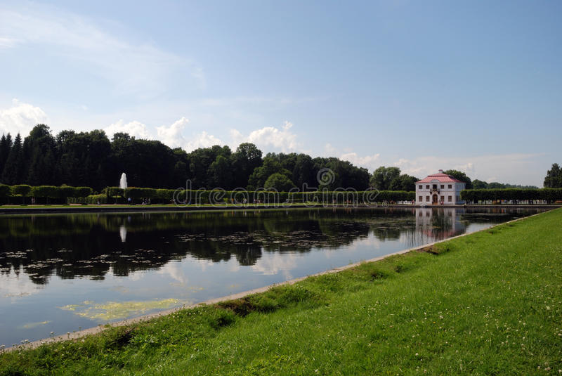 Palacio margoso. Parque de Petrodvorets foto de archivo libre de regalías