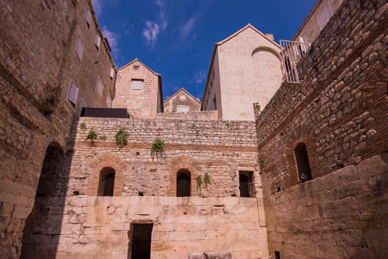 Palacio partido de Diocletian con el cielo azul foto de archivo
