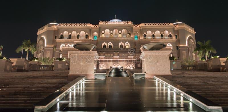 Palacio por noche, Abu Dhabi de los emiratos imagenes de archivo