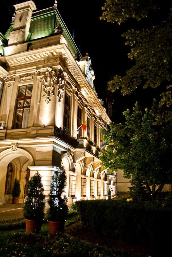 Palacio por noche - ayuntamiento de Roznovanu Iasi foto de archivo