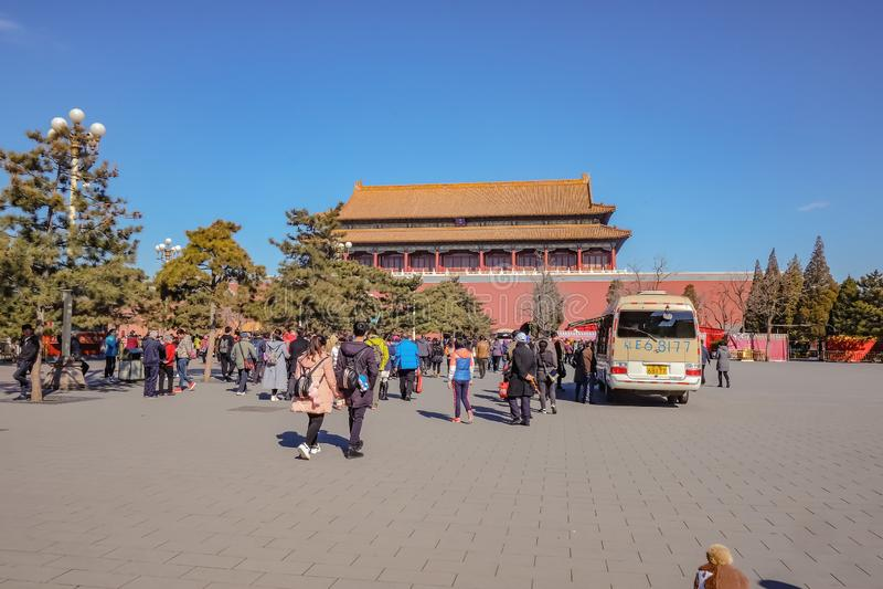 Palacio prohibido con el pueblo chino o el touristin Unacquainted y camión de la comida en el capital de Pekín de China fotos de archivo libres de regalías