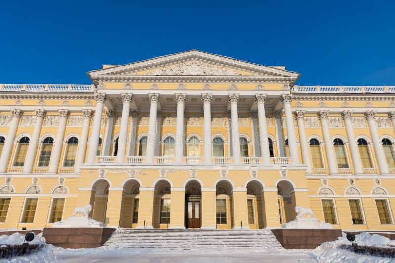 Palacio ruso de Mikhailovsky del museo del estado, St Petersburg, Rusia Cierre de la fachada para arriba imagenes de archivo