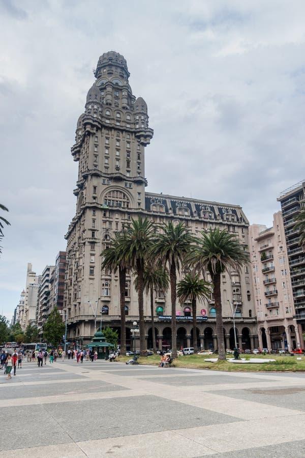 Palacio salvabyggnad i mitten av Montevideo royaltyfria foton