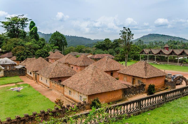 Palacio tradicional del Fon de Bafut con los edificios del ladrillo y de la teja y el ambiente de la selva, el Camerún, África imágenes de archivo libres de regalías