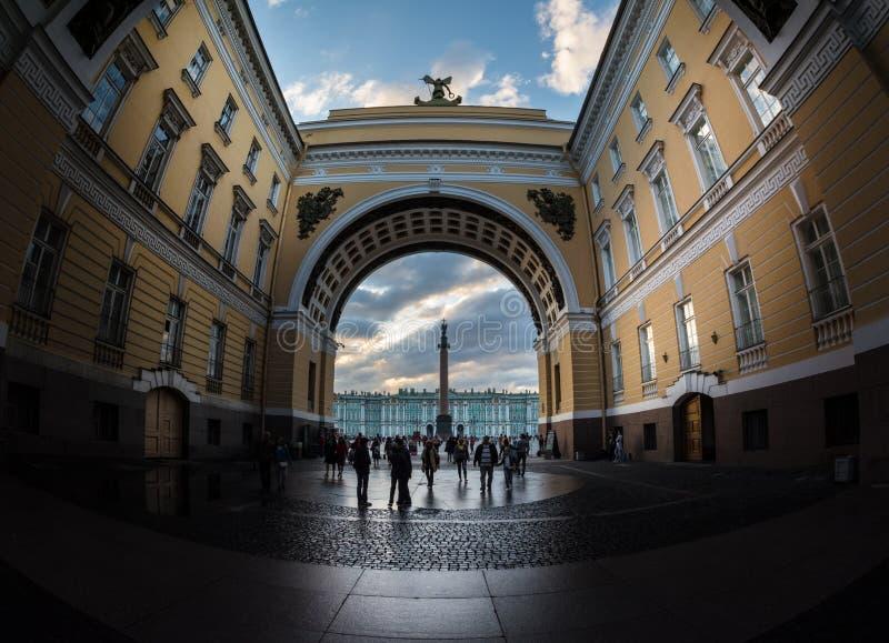 Palacio y Alexander Column del invierno a través del arco de S general foto de archivo libre de regalías