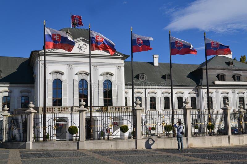 Palacio y banderas presidetial eslovacos fotografía de archivo libre de regalías