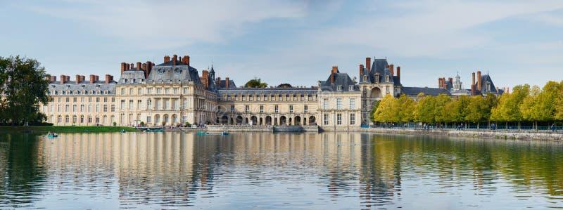 Palacio y charca en Fontainebleau fotografía de archivo