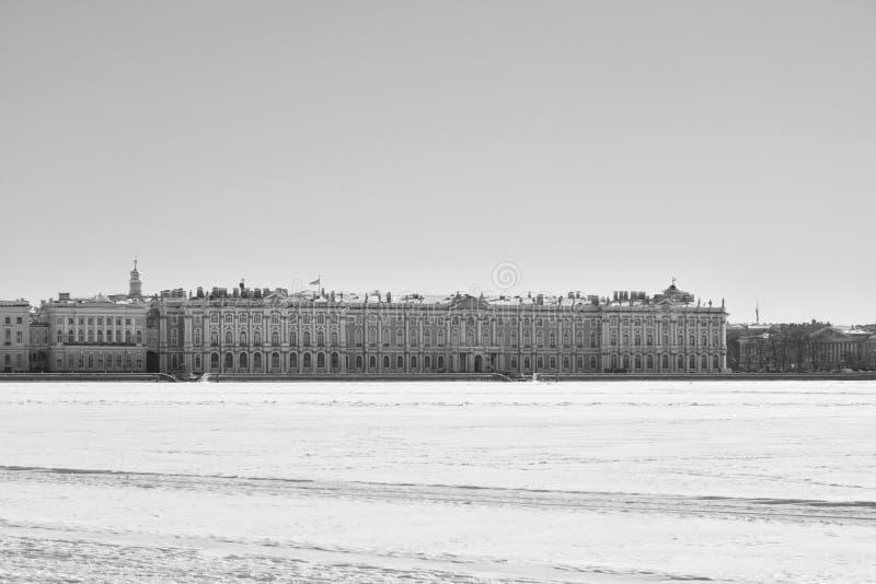 Palacio y Neva River del invierno en el invierno en StPetersburg foto de archivo