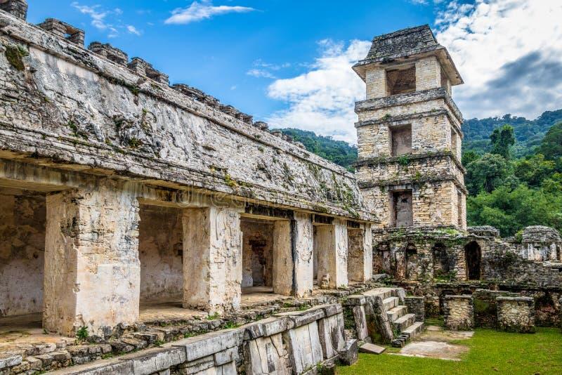 Palacio y observatorio en las ruinas mayas de Palenque - Chiapas, México imagenes de archivo