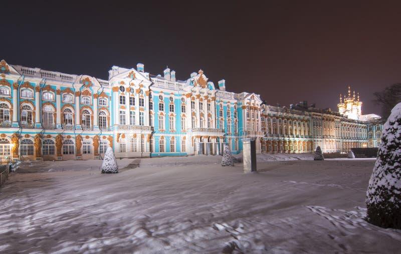 Palacio y parque de Catherine en invierno en la noche, Tsarskoe Selo, St Petersburg, Rusia imágenes de archivo libres de regalías