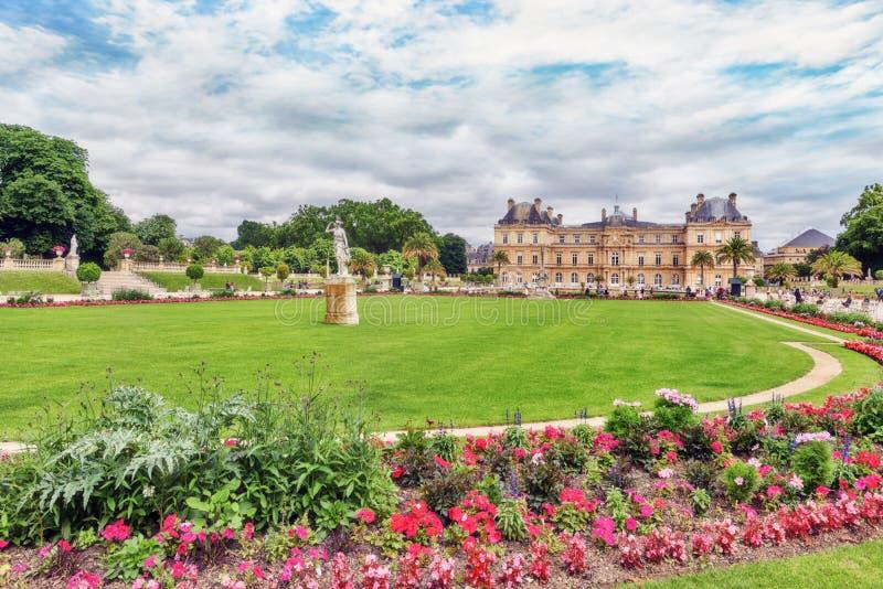 Palacio y parque de Luxemburgo en París, el Jardin du Luxemburgo, o fotografía de archivo libre de regalías
