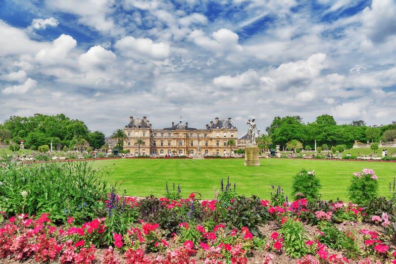 Palacio y parque de Luxemburgo en París, el Jardin du Luxemburgo, o foto de archivo libre de regalías