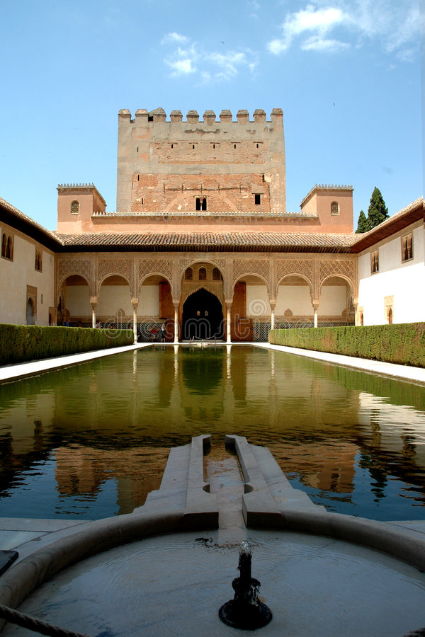 Palacio y waterfountain de Alhambra fotos de archivo