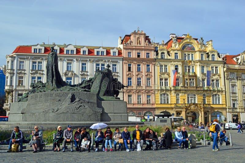 Palacios barrocos brillantemente pintados hermosos y plaza conmemorativa Praga de Hus vieja imágenes de archivo libres de regalías