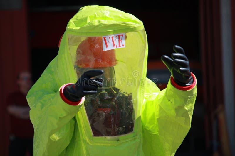 Palacz z kostiumem dla ochrony od ryzyka biologiczny a zdjęcie royalty free