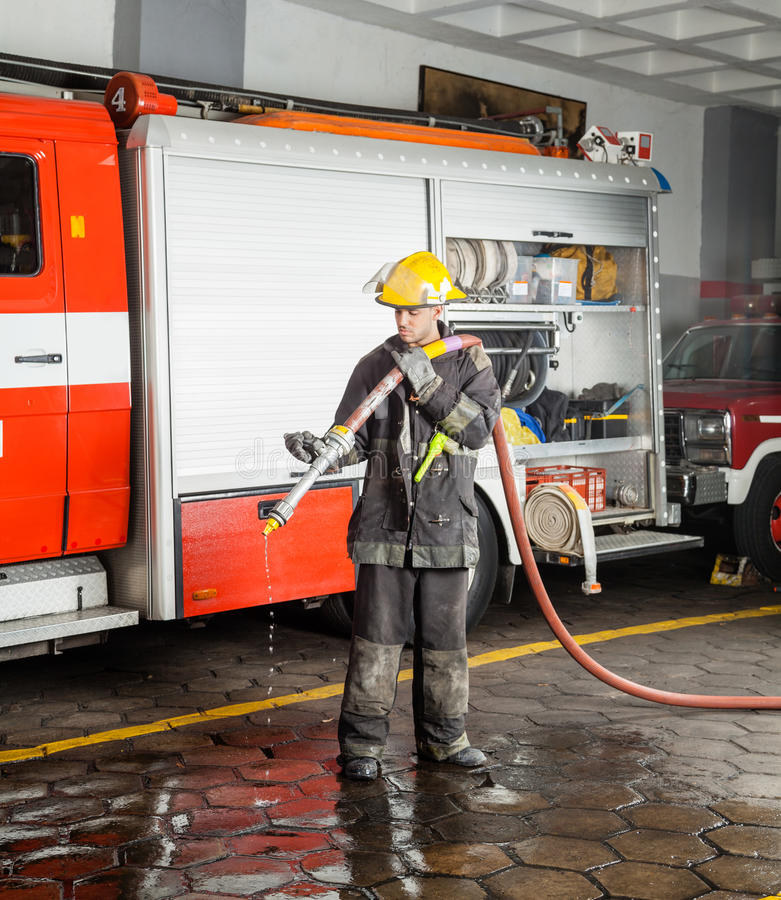 Palacza mienia wody wąż elastyczny Podczas szkolenia zdjęcia stock