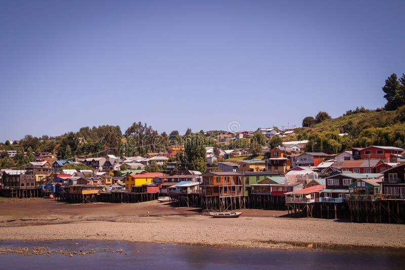 Palafitos de Chiloé på lågvatten arkivbilder