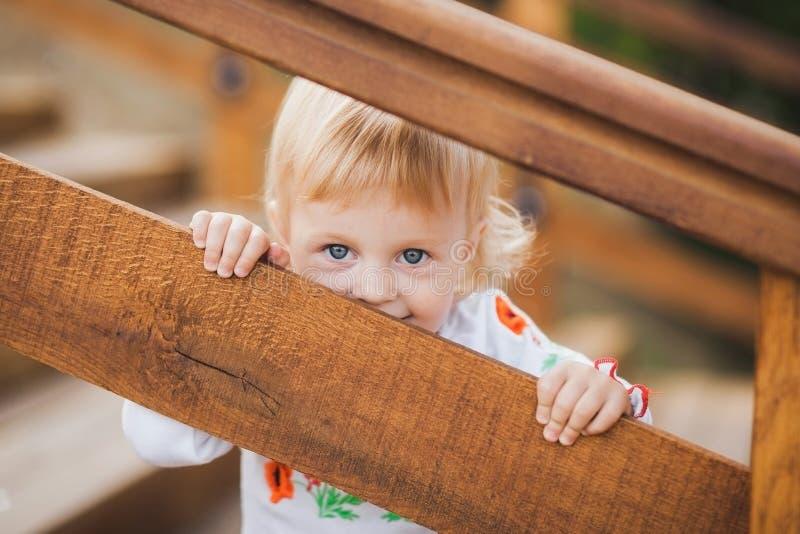 Palaing Verstecken des kleinen kaukasischen Mädchens stockfotos