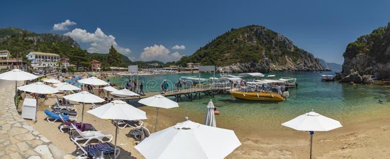 Palaiokastritsa、小船和海滩科孚岛,希腊 免版税库存照片