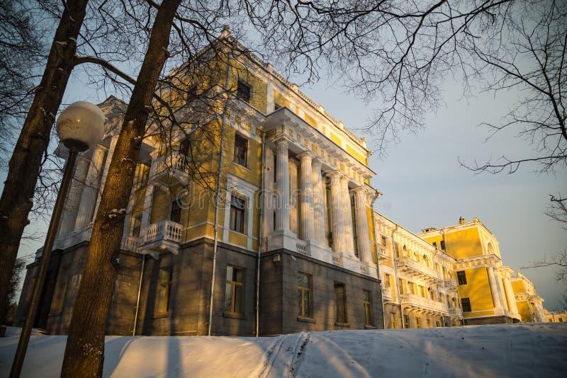 Palais avec des colonnes dans la ferme dans le jour ensoleillé d'hiver photographie stock libre de droits