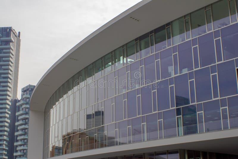 Palais avec le verre souillé dans la place moderne photographie stock